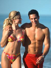 Coppia in forma sulla spiaggia con i consigli di Tutto per il Fitness!